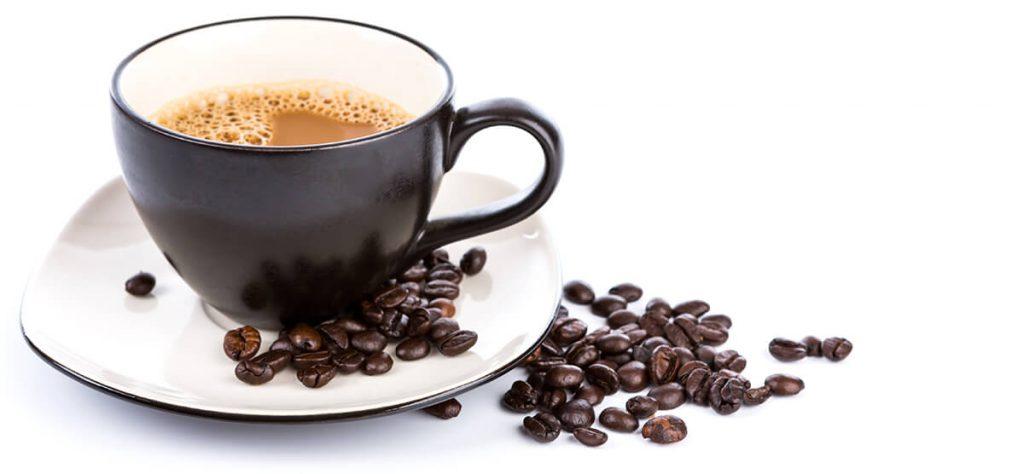 kop koffie met koffiebonen